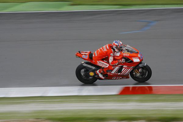 1. Training MotoGP: Stoner schwimmt davon