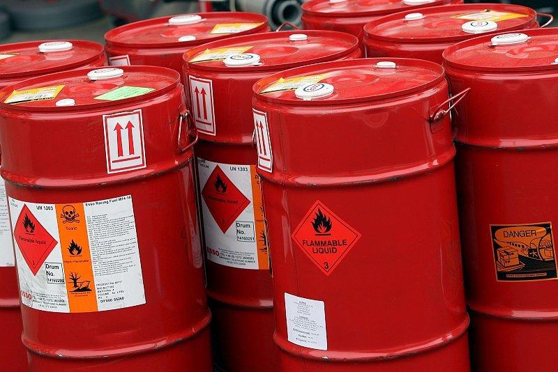 Ohne Benzin fährt nichts: In Kanistern um die Welt
