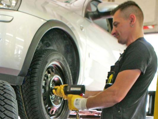 AvD rät: Mit dem Reifenwechsel noch warten