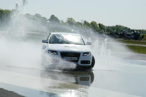 Autoverkäufer testen Fahrerassistenzsysteme