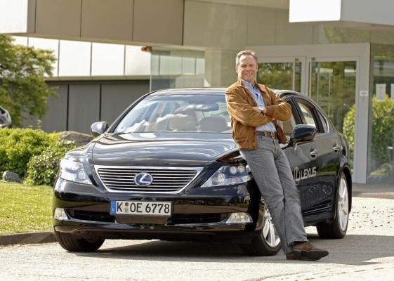 Peter Kraus geht im Lexus LS 600h L auf Tournee