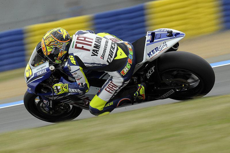 Rossi führt Yamaha-Dreifachsieg an: Nur die Regentropfen störten