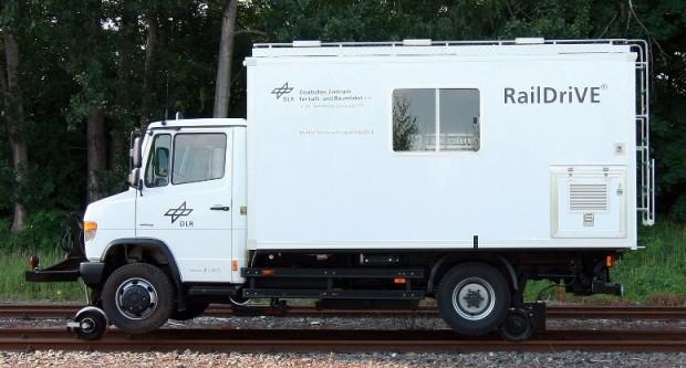 DLR-Versuchsfahrzeug ''RailDriVE'' testet Ortungssysteme auf Schiene und Straße