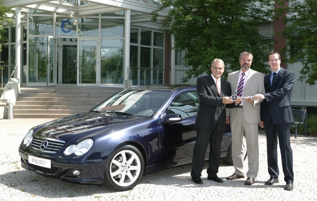 Mercedes-Benz stiftet C-Klasse Sportcoupé für den Unterricht