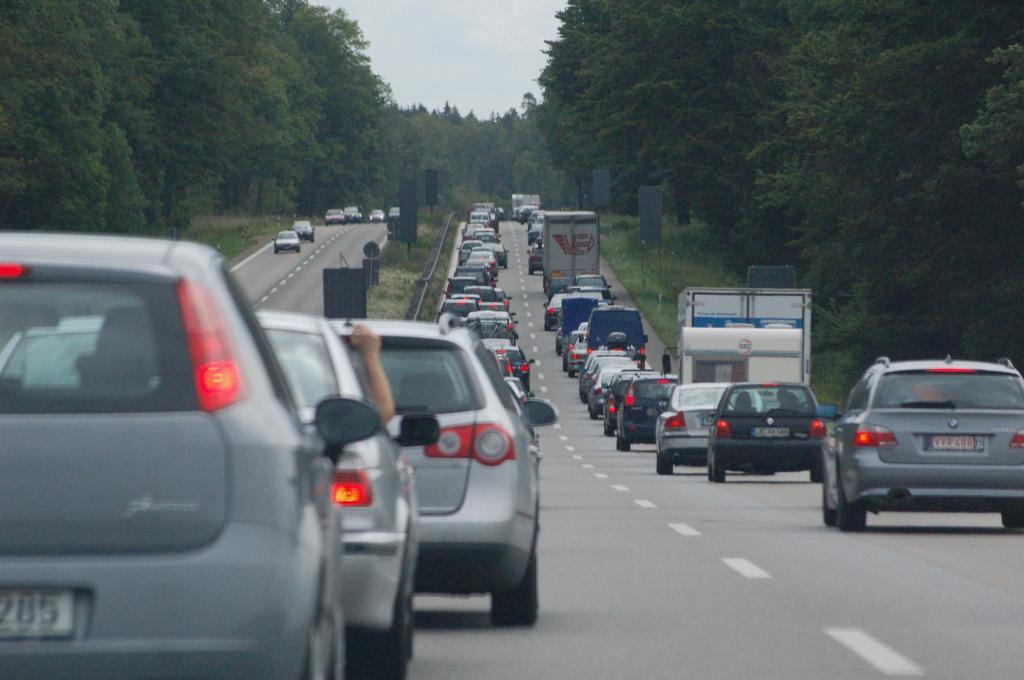Ratgeber: Richtiges Verhalten bei Staus auf Autobahnen und Rasthöfen