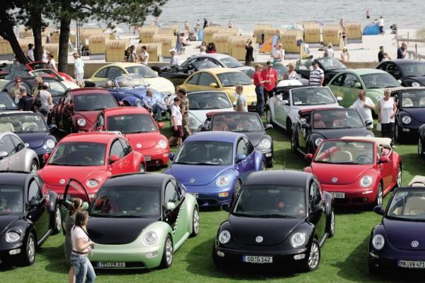 Volkswagen New Beetle-Freunde feiern in Grömitz