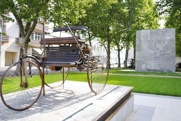 Benz-Patentwagen aus Bronze in Mannheim aufgestellt