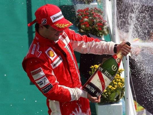 Die zwei Seiten von Ferrari: Feuriger Triumph und rauchender Motor