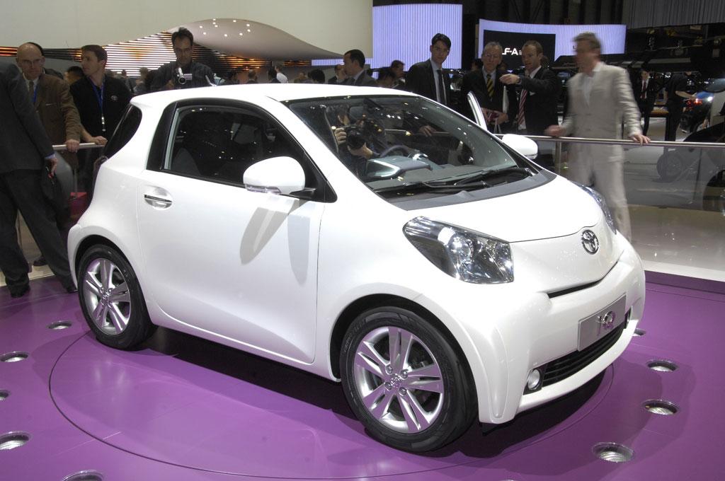 Zwei Toyota iQ werben in Großstädten