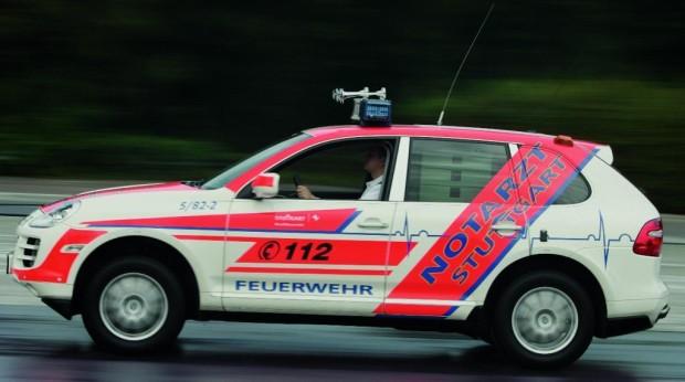Porsche übergibt zwei Cayenne-Notarzteinsatzfahrzeuge an Stuttgarter Feuerwehr