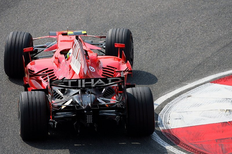 1. Training: Bestzeit für Massa