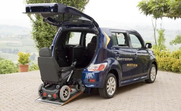 Daihatsu Materia für bis zu drei Rollstuhlfahrer