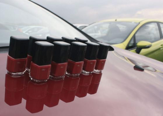 Ford verschenkt Nagellack in neuer Fiesta-Lackfarbe