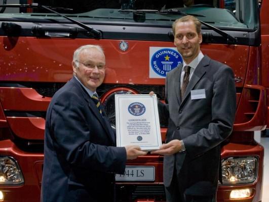 Umweltminister überreicht Daimler Urkunde für Weltrekord