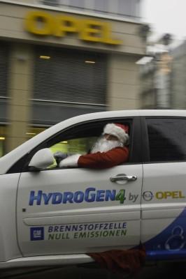 Weíhnachtsmann fährt Opel-Brennstoffzellenauto
