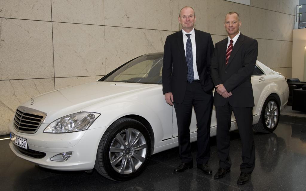 EnBW-Chef erhält Vorserienversion des Mercedes-Benz S 400 Bluehybrid
