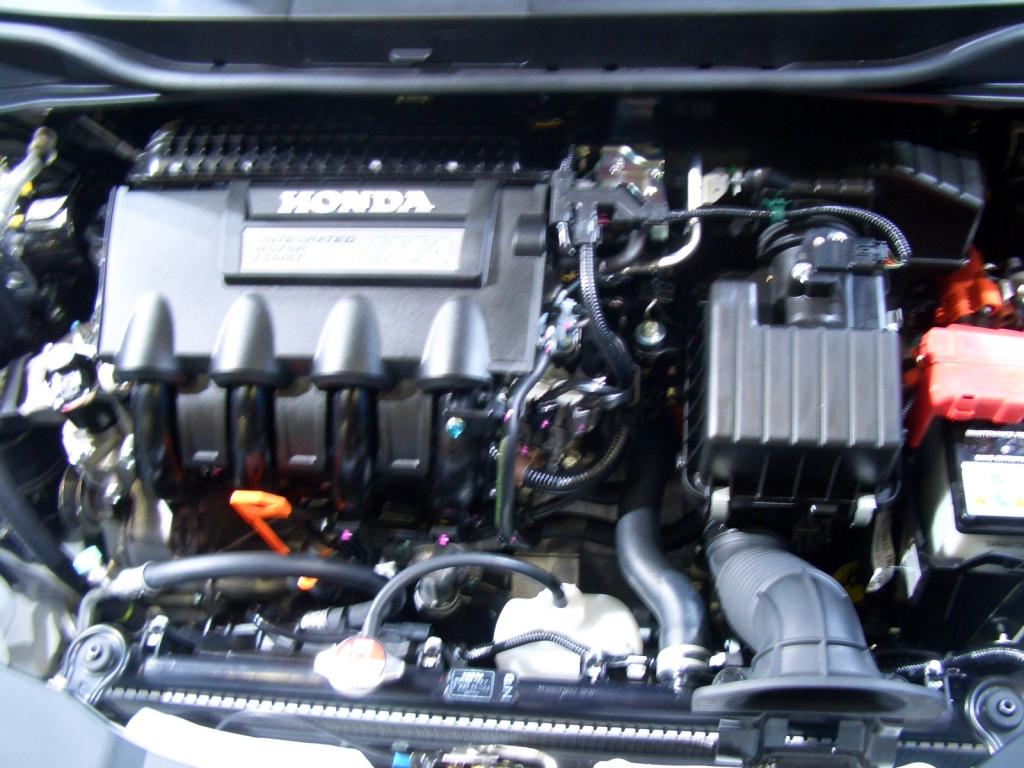Der Doppelantrieb des Honda Insight: Links der benzinmotor, rechts der 20 PS starke kleine Elektromotor.