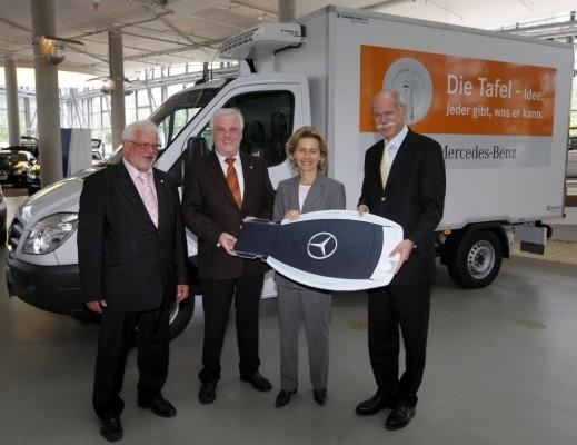 Daimler übergibt 500. Transporter an Tafel