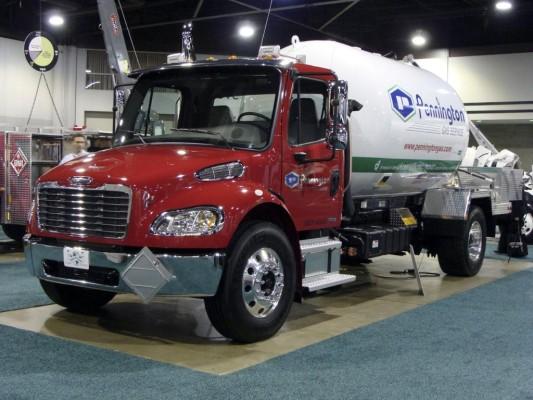 Daimler liefert in den USA ersten Hybrid-Lkw für Gefahrguttransport