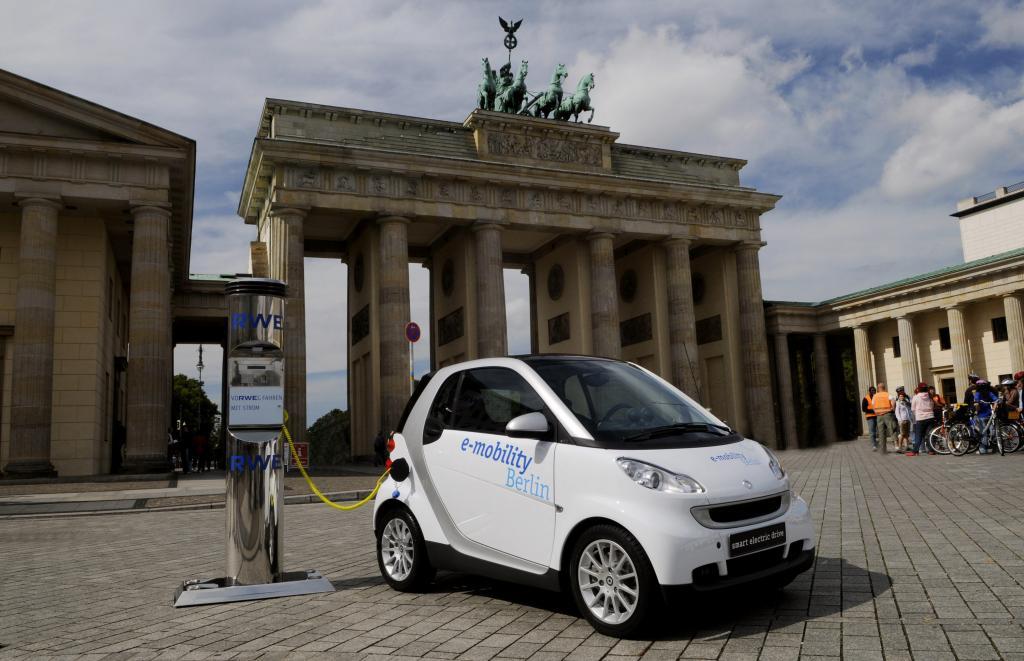 Deutsche rechnen in naher Zukunft mit dem Elektroauto