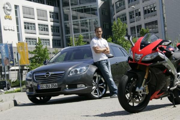 Motorradprofi Alex Hofmann fährt Opel Insignia Sports Tourer