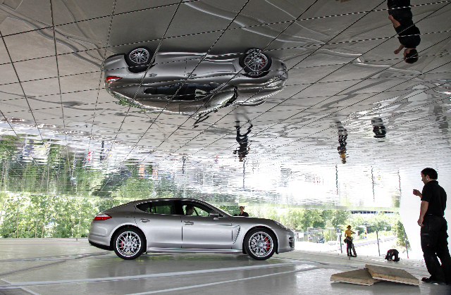 Panamera steigt dem Porsche Museum aufs Dach