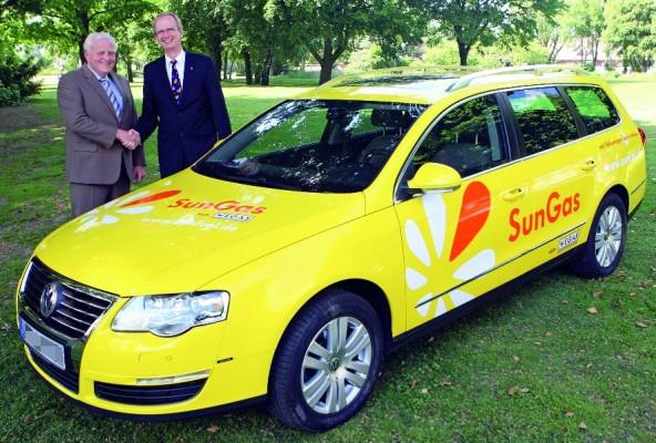 Volkswagen übergibt Passat TSI Ecofuel an Biogastankstelle