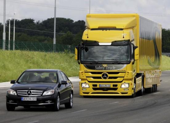 Daimler zeigt moderne Sicherheitstechnologien in Nutzfahrzeugen