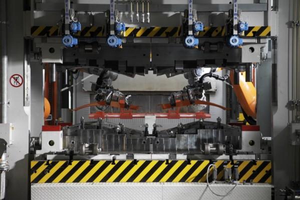 BMW nimmt neuartige Presse in Betrieb