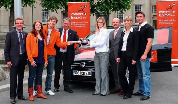Berufseinsteiger von Volkswagen übergeben Fahrzeug an Ideen Expo 2009
