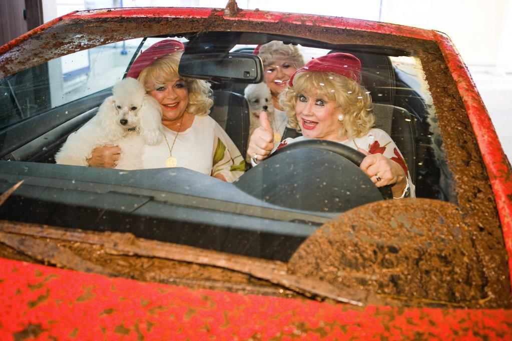 Die 'Jacobs Sisters' mit dem Cabrio durch die Waschanlage