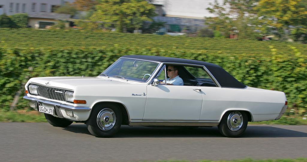 Schauspieler Ralph Herforth fährt Opel Diplomat V8 Coupé
