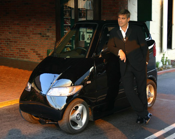 Sexy Mann, unsexy Auto  George Clooney kann das egal sein