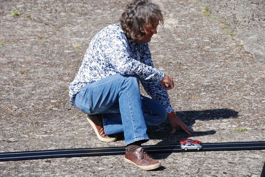 BBC-Moderator James May verlegt Schienen