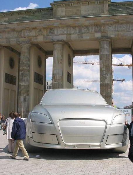 Das ist mal ein Schiff - Auto-Skulptur vorm Brandenburger Tor