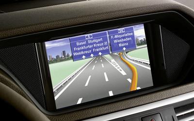 Mercedes-Benz bietet für das Radio Audio 20 CD integrierte Navigation an