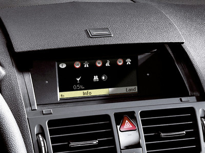 Navigation 20 zeigt über die Funktion Länderinfo, welche gesetzlichen Bestimmungen für das Autofahren im Ausland Gültigkeit haben: Geschwindigkeitsbegrenzungen, die gültige Promillegrenze und Fahrlichtpflicht.