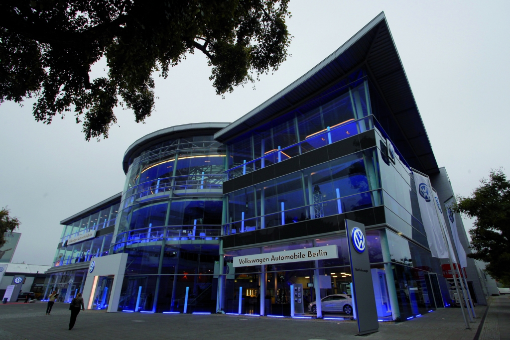 VW eröffnet Deutschlands größtes Volkswagen Autohaus in Berlin