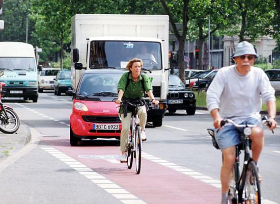 Viele Radfahrer fahren auf der falschen Seite