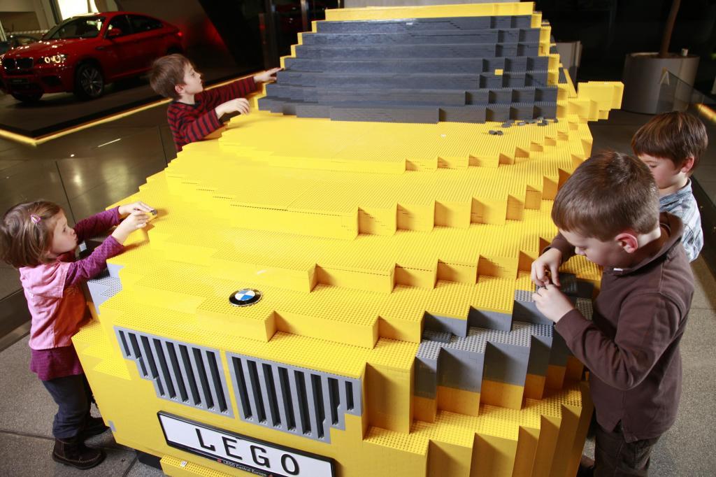 800 Kinder bauen BMW X1 aus LEGO® Steinen