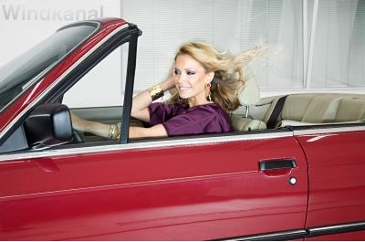 Dann geht es auch schon los. Sylvie begibt sich mit dem 87er Cabriolet auf Probefahrt im Windkanal.