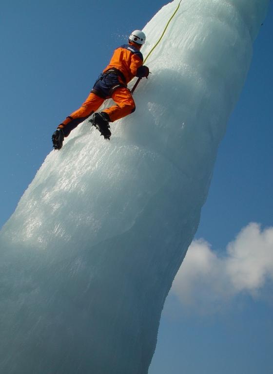 Eisturm vor der BMW-Welt wartet auf Kletterer