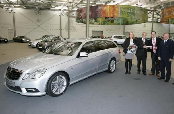 Erstes T-Modell der Mercedes-Benz E-Klasse an Kunden übergeben