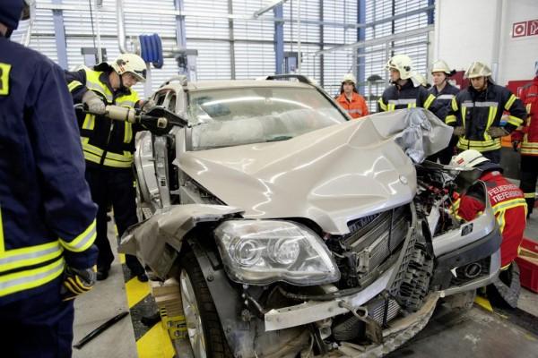 Feuerwehrübung bei Daimler: Patientengerechte Rettung am Modell erlernen