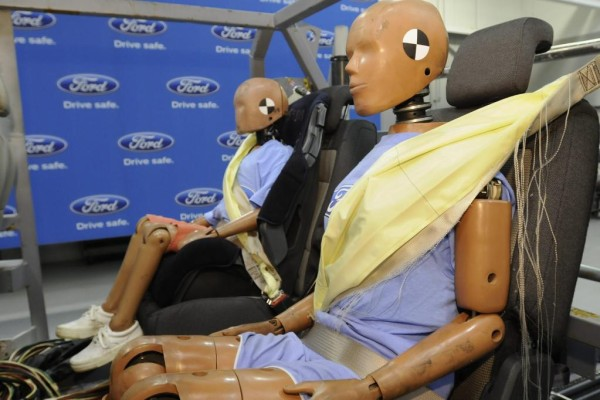 Neuer Ford-Sicherheitsgurt mit Airbag für die Rückbankpassagiere