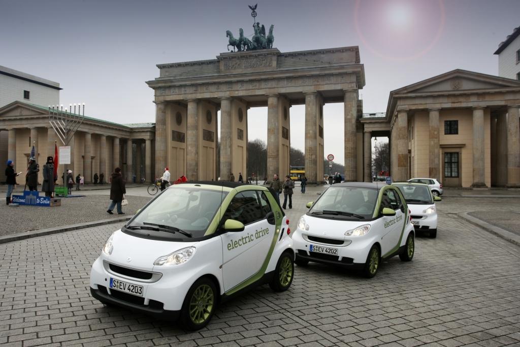 """e-mobility Berlin"" bringt smarte Lösungen für Elektromobilität: smart fortwo electric drive vor dem Brandenburger Tor in Berlin."