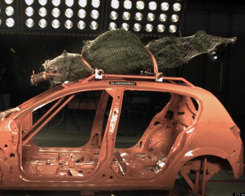 ADAC-Crashtest: Weihnachtsbaumtransport – kein Dachtransport ohne Spanngurt