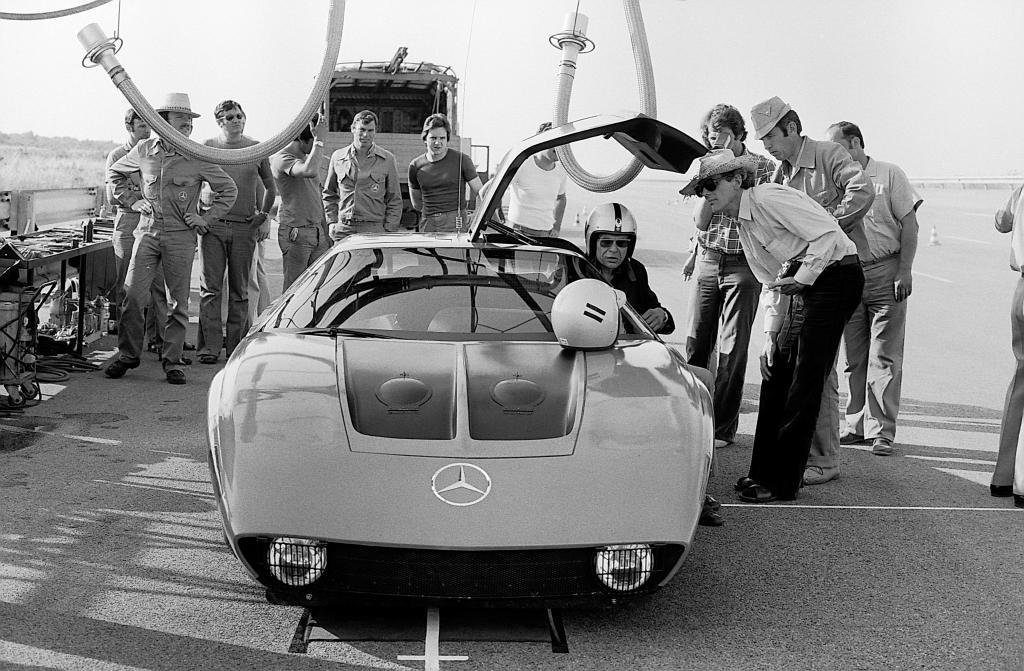 Auf 64-Stunden-Rekordfahrt: Der Mercedes-Benz C 111-IID mit Dieselmotor auf der Hochgeschwindigkeitsbahn in Nardo, 1976. Auf dem Fahrersitz Hans Liebold, Leiter aller C 111 Projekte.