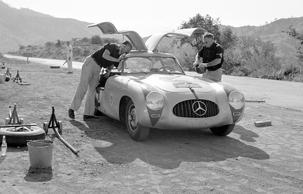 Eins der härtesten Rennen der Welt: Hans Klenk (links) und Karl Kling gewinnen 1952 auf Mercedes-Benz 300 SL (Baureihe W 194) die III. Carrera Panamericana Mexico.