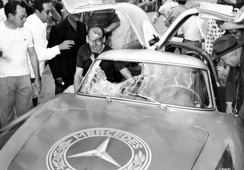 Nach der unliebsamen Begegnung mit einem Geier bei der III. Carrera Panamericana Mexico, 1952: Das siegreiche Team Hans Klenk (links) und Karl Kling im Mercedes-Benz 300 SL (Baureihe W 194).
